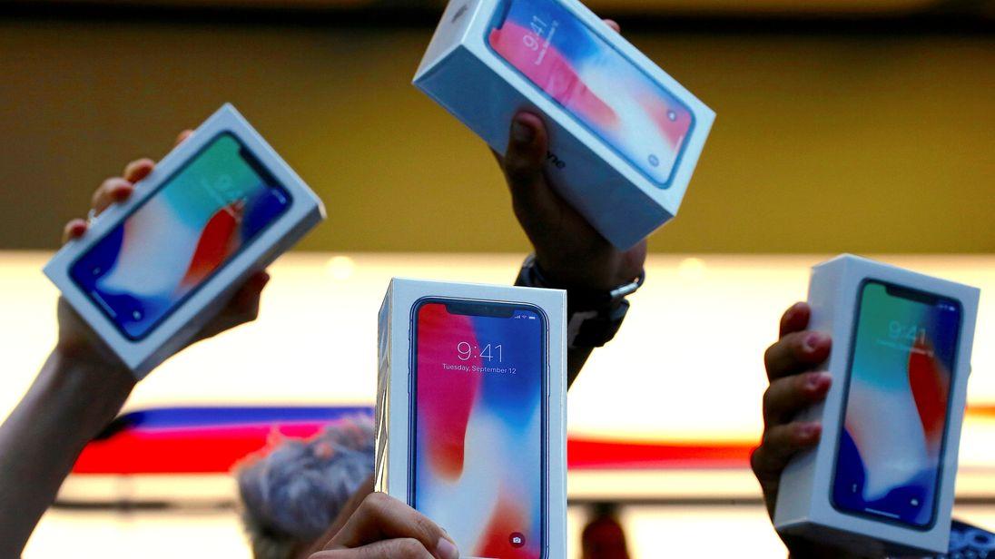 在悉尼的苹果商店外面,顾客拿着新买的iPhone X