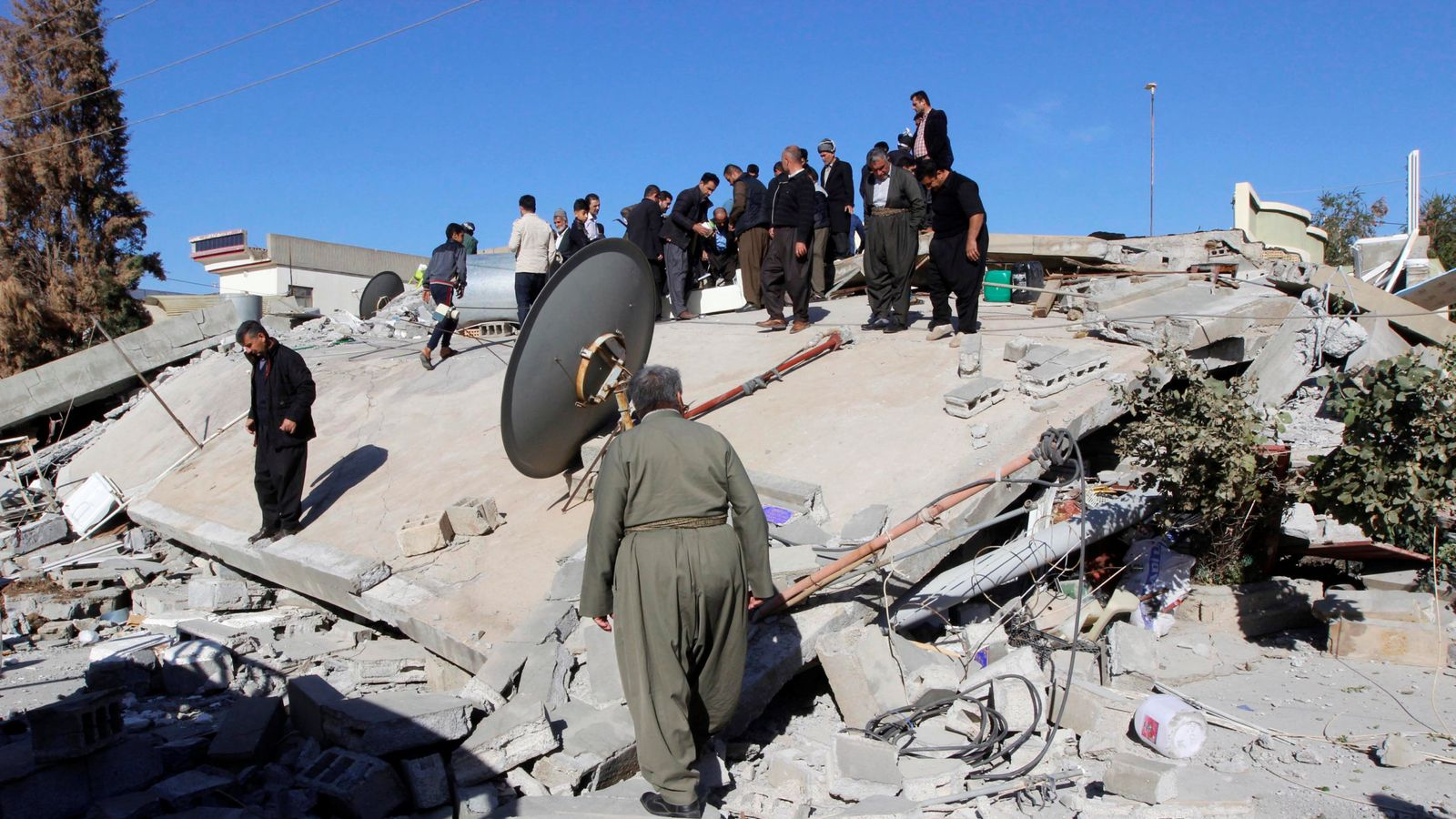 More than 400 people dead in iran iraq earthquake for Where to go in an earthquake