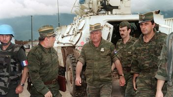 Ratko Mladic (C) at the airport of Sarajevo in 1993