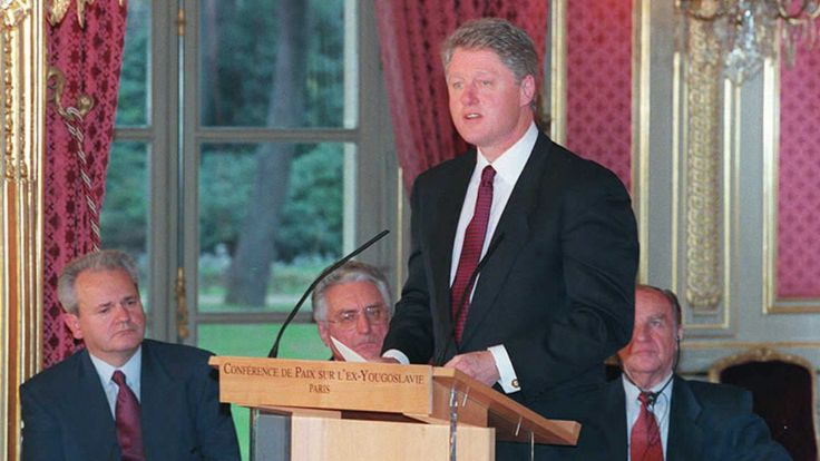US President Bill Clinton gives a speech before the signing of the peace accord on Bosnia at the Elysee Palace