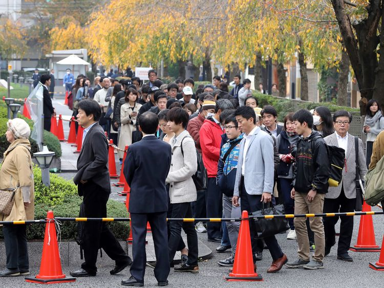 Peole line up seeking admission tickets for a judgment trial of Chisako Kakehi at the Kyoto district court on November 7, 2017