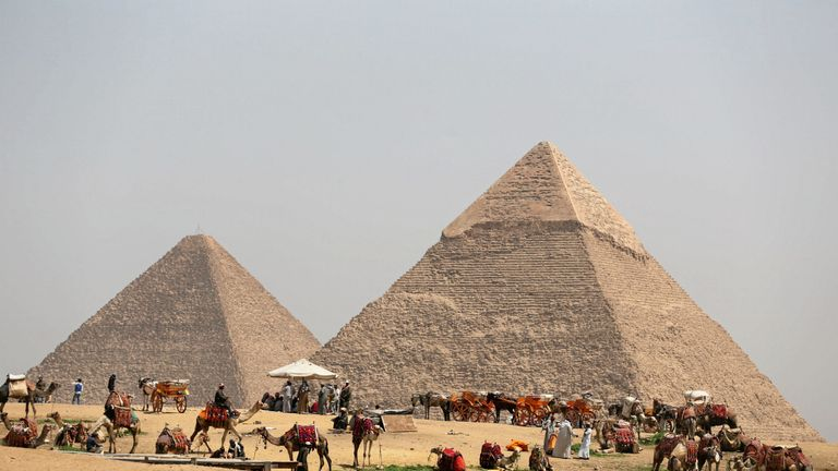 T Great Pyramids in Giza, Egypt