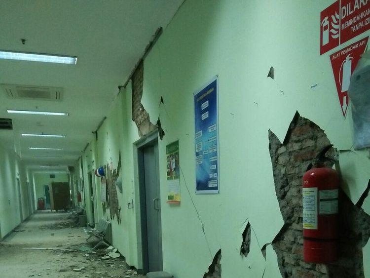 Damage at the provincial hospital in Banyumas  Pic: Twitter/@Sutopo_BNPB