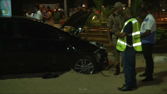 The car crossed the promenade before stopping on the beach
