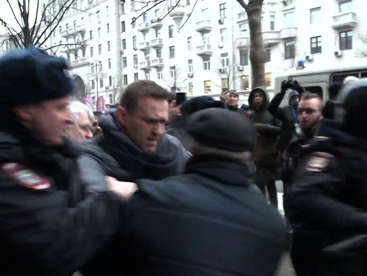 Police move in to arrest  Alexei Navalny