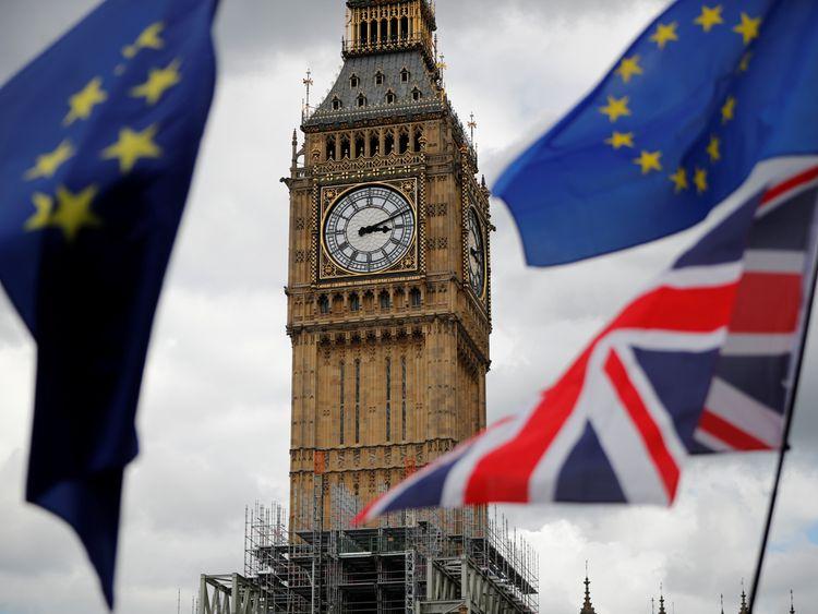 联合国旗帜和欧盟旗帜在伊丽莎白塔附近飞行,在反英国脱欧人士的三月份期间,