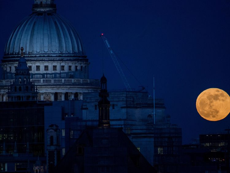 LONDON, UNITED KINGDOM - JANUARY 31:  A supermoon rises behind St. Paul's Cathedral on January 31, 2018 in London, United Kingdom. The super blue blood moon is a rare combination of a supermoon, a blood moon and a blue moon all simultaneously occurring.  (Photo by Chris J Ratcliffe/Getty Images)