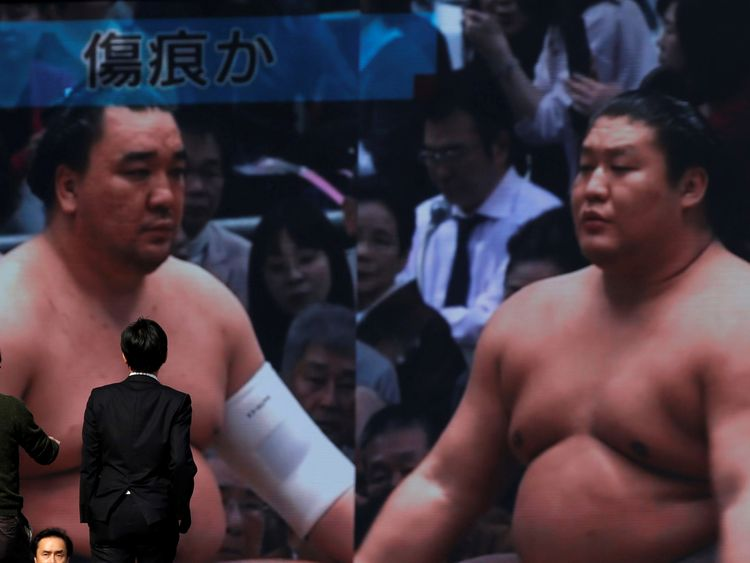 Harumafuji (l) hit junior wrestler Takanoiwa (r) in November