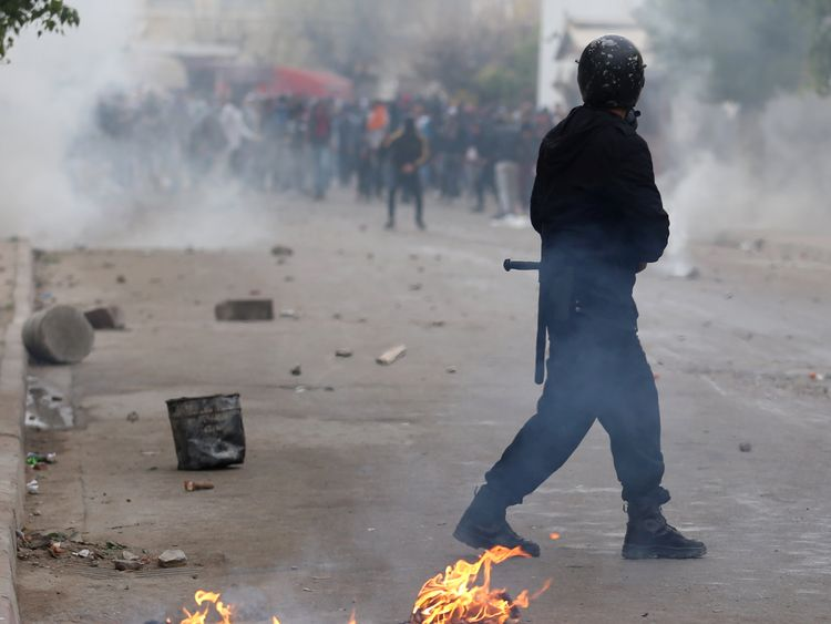 protesters clash with riot police attempting to disperse the crowd during demonstrations against rising prices and tax increases, in Tebourba, Tunisia, January 9, 2018. REUTERS/Zoubeir Souissi