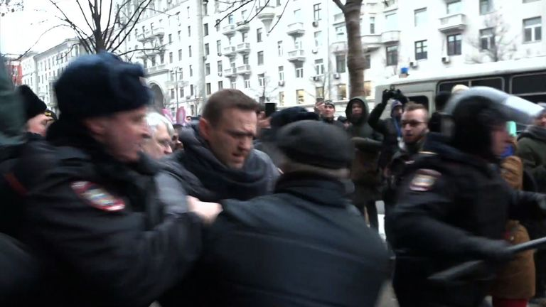 Police move in to arrest  Alexei Navalny
