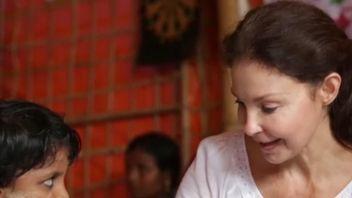 Ashley Judd meets Rohingya refugee girls and women