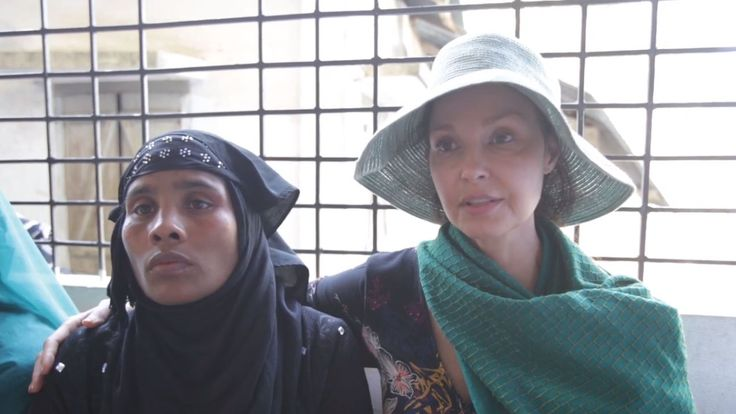Ashley Judd waits with Rohingya refugee Ajida