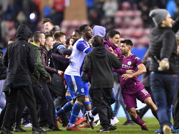 Angry confrontation between Sergio Aguero and fans