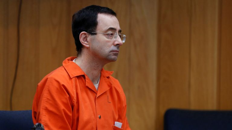 Larry Nassar, un ancien médecin de l'équipe américaine de gymnastique qui a plaidé coupable en novembre 2017 à des accusations d'agression sexuelle, écoute la juge Janice Cunningham lors de son audience de détermination de la peine devant le tribunal du comté d'Eaton à Charlotte, Michigan, États-Unis, le 5 février 2018