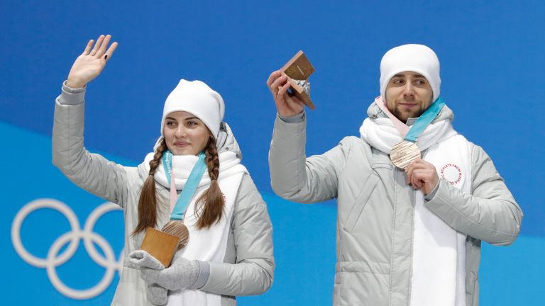 Alexander Krushelnitsky and Anastasia Bryzgalova with their bronze medlas