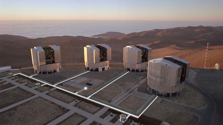 Pasifik Okyanusu'na bakan Atacama'daki VLT. Resim: ESO