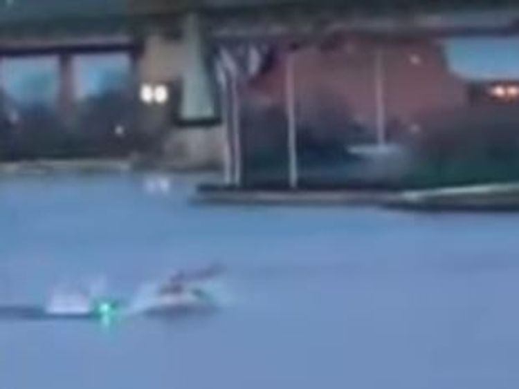 A helicopter crashes into a river in New York @JJmagers