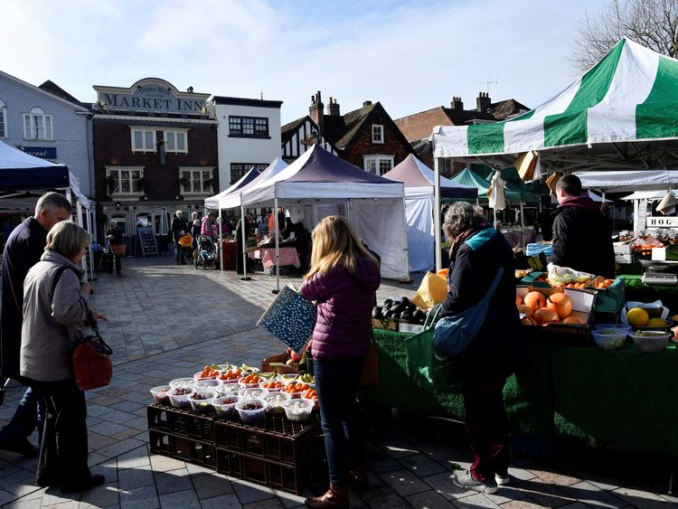 SYSTEM IDENTIFIER:RTS1MD19CODE:RC1BD3070830MEDIA DATE6 Mar. 2018PHOTOGRAPHER:Toby MelvilleHEADLINE:People view stalls at the market in SalisburySIZE:5568px × 3712px (~59 MB) 47.1 cm × 31.4 cm (300dpi)