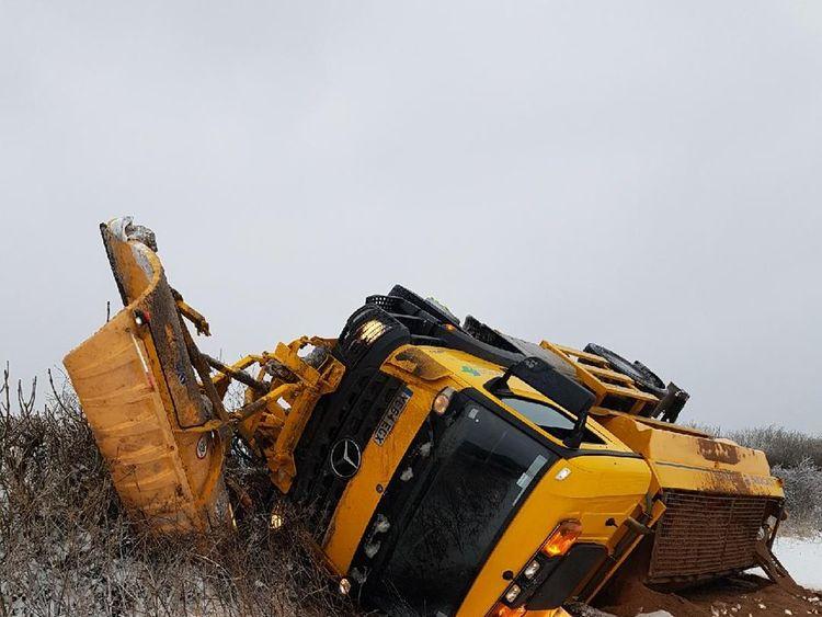 An overturned gritter lorry in Devon