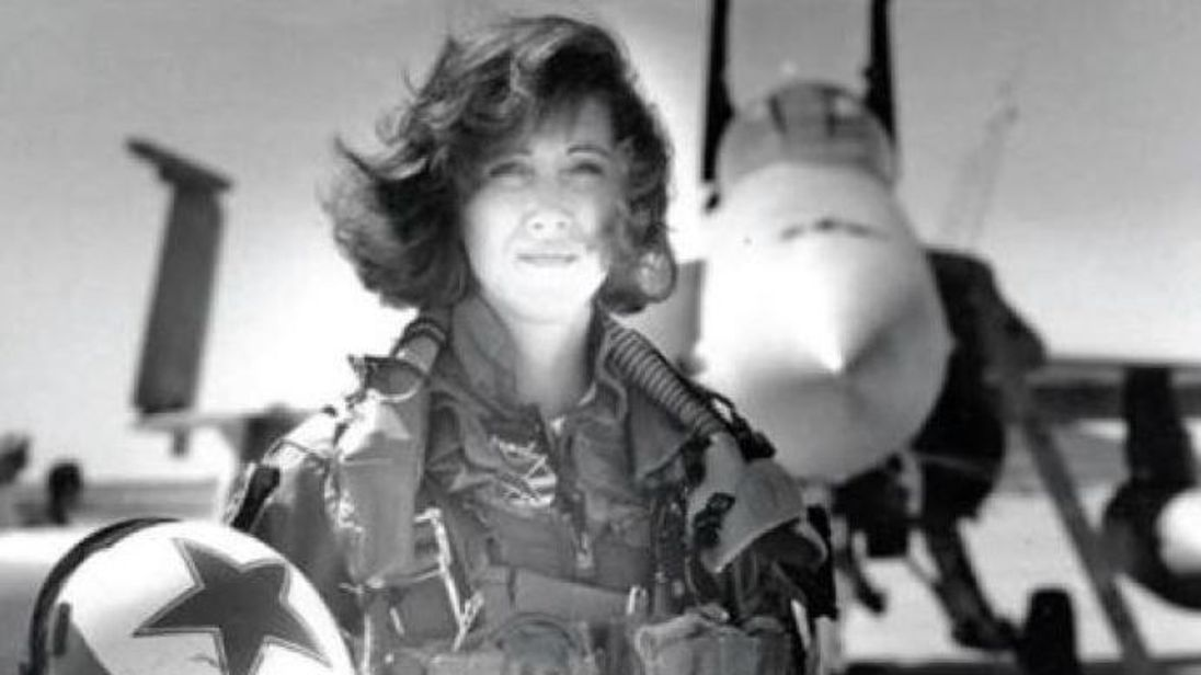 Tammie Jo Shults Used Hand Signals To Communicate During Southwest Emergency Landing