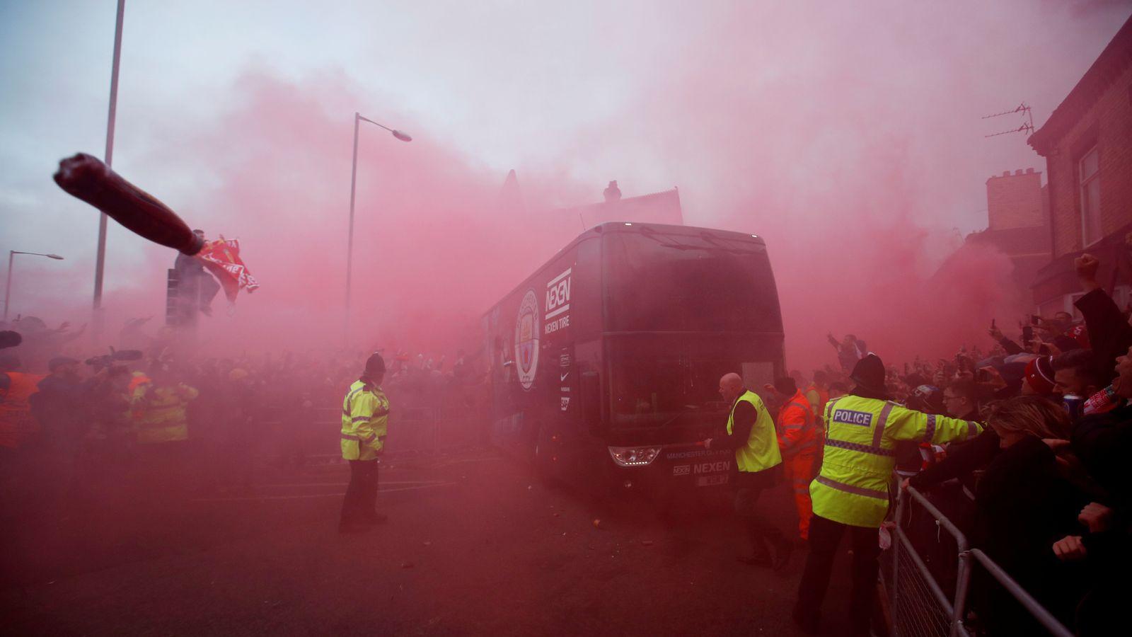 曼彻斯特城的公共汽车在利物浦安菲尔德投掷导弹