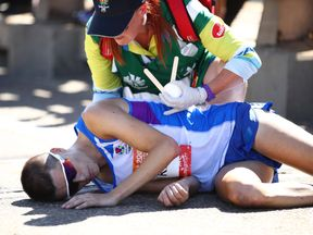 Scotland marathon runner Callum Hawkins collapses at the Commonwealth Games