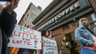 8,000 Starbucks stores close en masse