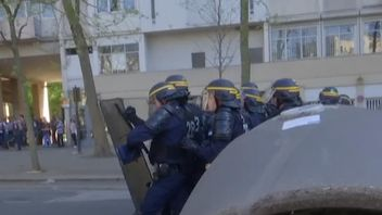 Police clash with protesters in Paris over Labour Law reforms