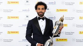 Mohamed Salah with the PFA Player of the Year award