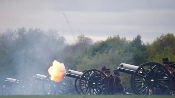 Members of the King's Troop Royal Horse Artillery fire a 41 gun salute from Hyde Park to welcome the birth of Prince Wiliam and Catherine, the Duchess of Cambridge's third child, in London, Britain April 24, 2018.