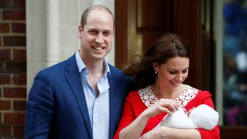 Catherine, the Duchess of Cambridge and Prince William leave the Lindo Wing of St Mary's Hospital with their new baby boy in London, April 23, 2018. REUTERS/Henry Nicholls