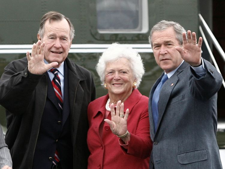 U.S. President George W. Bush (R) waves alongside his parents, former President George Bush and former first lady Barbara Bush upon their arrival Fort Hood, Texas, April 8, 2007