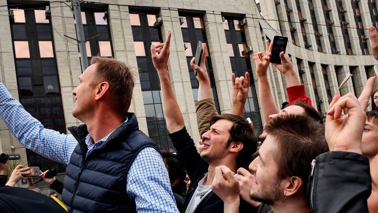 Russian opposition leader Alexei Navalny takes a selfie with protestors during an opposition rally in central Moscow on April 30, 2018, to demand internet freedom in Russia. - Authorities tried to block access to the popular messaging app Telegram in the latest onslaught against dissent under Vladimir Putin. At least 8,000 people including top opposition leader Alexei Navalny turned up in the centre of the Russian capital, (Photo by Alexander NEMENOV / AFP) (Photo credit should read ALEXANDER NE