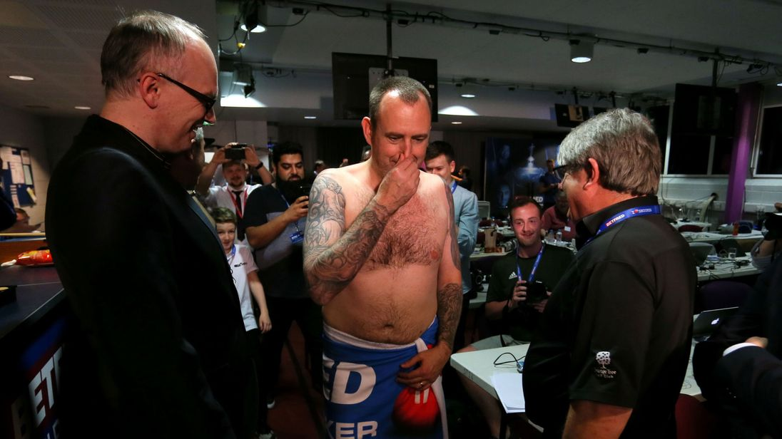 Snooker champion Mark Williams keeps promise, shows up naked for press conference