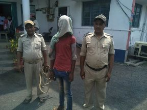 TOPSHOT - This photo taken on May 6, 2018 shows an alleged rapist (C) being held by Indian police, in the case of a 17-year-old girl who was raped and set on fire, at Mufasil police station before being sent to judicial custody in Pakur district, in India's eastern Jharkhand state. - A 17-year-old battled for her life May 7 after being raped, doused in kerosene and set on fire, the second such case to shake India as it battles an increase in sexual crimes. (Photo by - / AFP) (Photo credit should