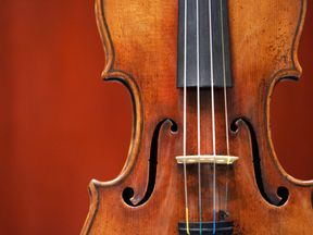 New York, UNITED STATES: A 1729 Stradivari known as the 'Solomon, Ex-Lambert' is on display 27 March, 2007 at Christie's in New York. The fine musical instrument, valued at USD 1,000,000-1,500,000 will be auctioned 02 April, 2007 at Christie's. AFP PHOTO/DON EMMERT (Photo credit should read DON EMMERT/AFP/Getty Images)