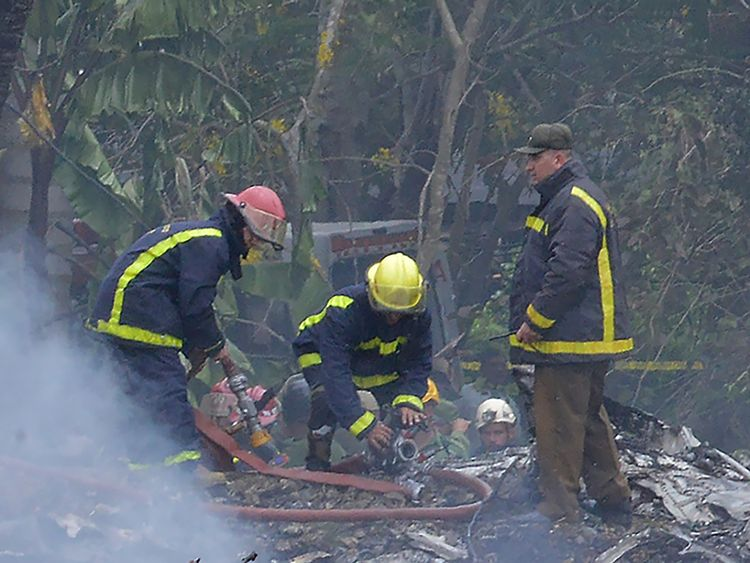 Firefighters work at the site of the accident after a Cubana de Aviacion aircraft crashed after taking off from Havana's Jose Marti airport on May 18, 2018. - A Cuban state airways passenger plane with 113 people on board crashed on shortly after taking off from Havana's airport, state media reported. The Boeing 737 operated by Cubana de Aviacion crashed 'near the international airport,' state agency Prensa Latina reported. Airport sources said the jetliner was heading from the capital to the ea