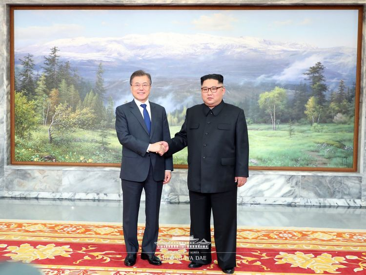 They met in the unification corner of North Panmunjom on the afternoon of 26 May