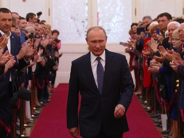 Vladimir Putin is applauded as he attends his inauguration