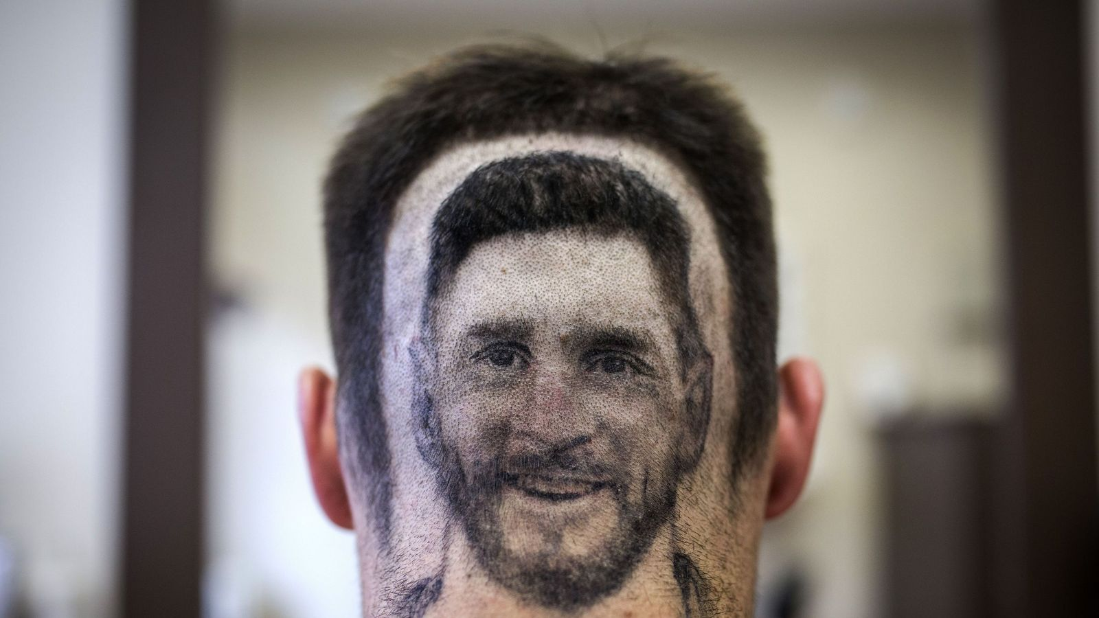 Messi hair: Barber shaves player's image into fans' hair ...