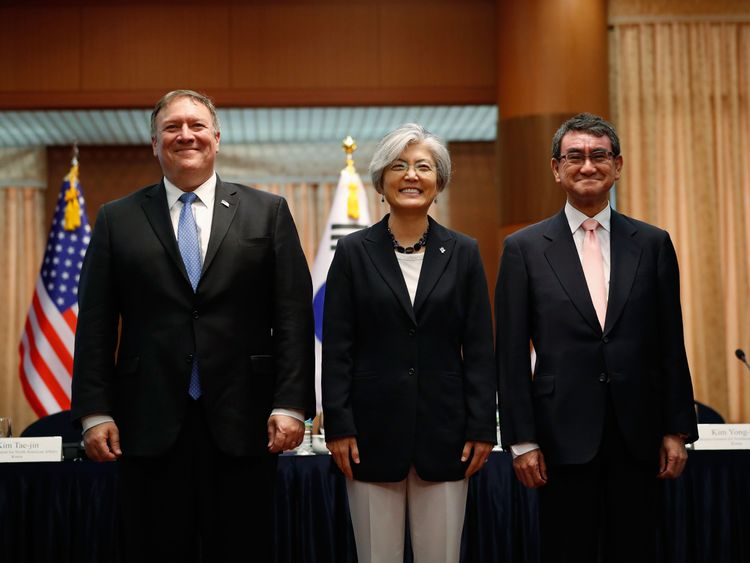 Mike Pompeo poses with the South Korean foreign minister (middle) and the Japanese foreign minister
