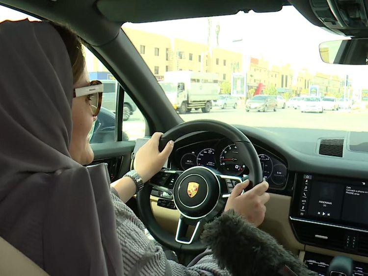Le donne in Arabia Saudita festeggiano la revoca di un divieto che consente loro di guidare per la prima volta.