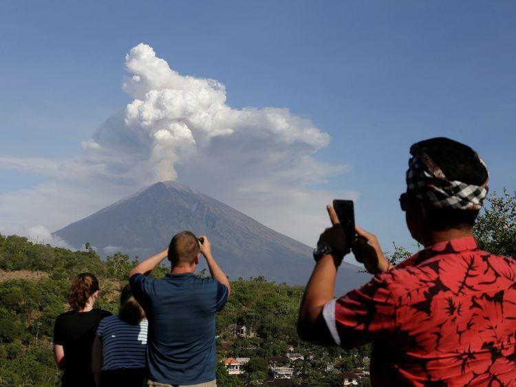 Volcano eruption leaves thousands stranded in Bali