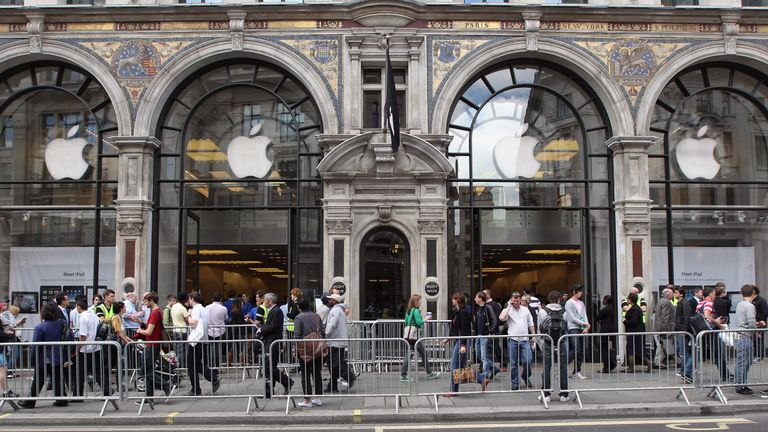 LONDON, ENGLAND - NOVEMBER 19: People look in through the windows of Apple's first European store on the eve of its opening, November 19, 2004 in London's Regent Street. The flagship store opens its doors to customers for the first time tomorrow. (Photo by Graeme Robertson/Getty Images)