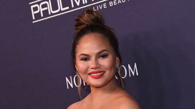 Chrissy Teigen attends the 2017 Baby2Baby gala at 3labs in Culver City, November 11, 2017. / AFP PHOTO / CHRIS DELMAS (Photo credit should read CHRIS DELMAS/AFP/Getty Images)