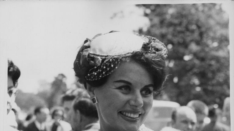 Actress Eunice Gayson, wearing a fur stole and a hat, arriving at Ascot Racecourse, England, June 15th 1960. (Photo by Edward Miller/Keystone/Getty Images)