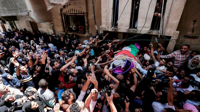 Palestinian mourners carry the body of nurse Razan al Najar during her funeral