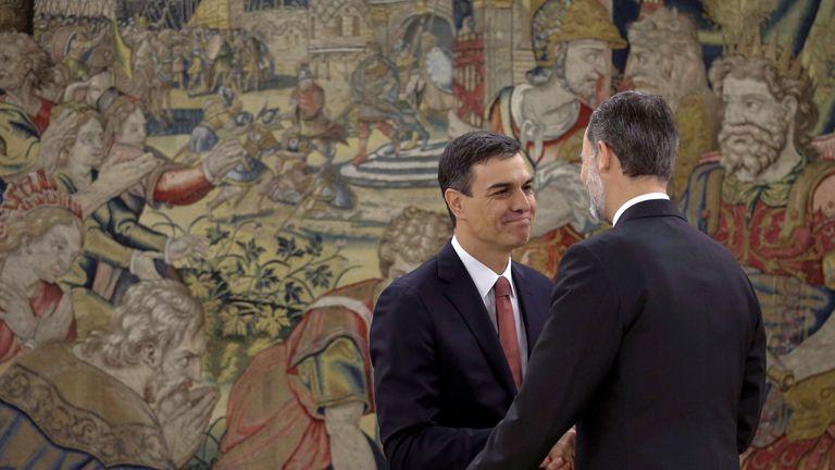 Pedro Sanchez (l) shakes hands with King Felipe VI