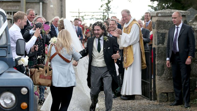 Game Of Thrones Stars Kit Harington And Rose Leslie Marry At Family