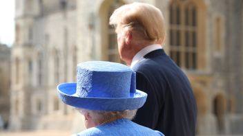 US President Donald Trump and Queen Elizabeth II walk in the Quadrangle at Windsor Castle